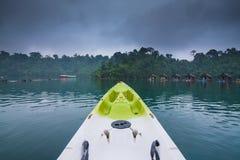 Kayak vert le matin après pluie en forêt et rivière de lac nationales Photographie stock