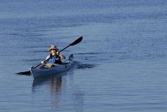 Kayake femenino joven atractivo Imagen de archivo libre de regalías