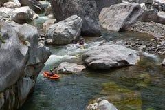 Kayaker στον ποταμό Canrejal στο εθνικό πάρκο παλαμίδων Pico Στοκ εικόνες με δικαίωμα ελεύθερης χρήσης