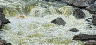 kayaker τρέξιμο ορμητικά σημείων π&o Στοκ φωτογραφία με δικαίωμα ελεύθερης χρήσης