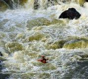 kayaker τρέξιμο ορμητικά σημείων π&o Στοκ εικόνα με δικαίωμα ελεύθερης χρήσης