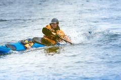 Kayaker in actie stock afbeeldingen