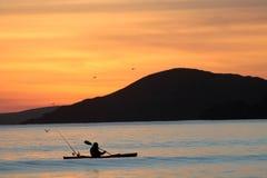 Kayaker au coucher du soleil Images stock