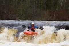Kayaker au-dessus d'une cascade à écriture ligne par ligne Photo stock