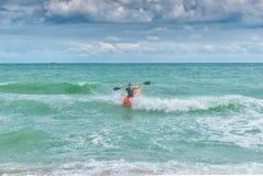Kayaker bój macha na wściekłym morzu Zdjęcia Royalty Free
