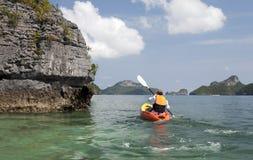 Kayaker barbotant dans les tropiques Images stock