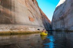 Kayaker barbotant les eaux calmes du lac Powell Utah image libre de droits