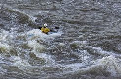 Kayaker che combatte le rapide a Great Falls nella Virginia immagini stock libere da diritti