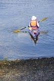Kayaker che kayaking Fotografie Stock