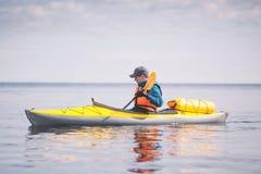 Kayaker che rema sul mare Immagini Stock Libere da Diritti