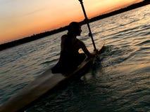 Kayaker contra puesta del sol Foto de archivo libre de regalías