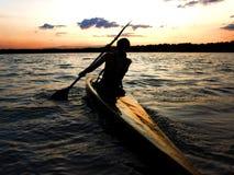 Kayaker contro il tramonto Fotografia Stock Libera da Diritti