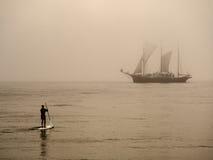 Kayaker da ressaca e um navio de navigação foto de stock