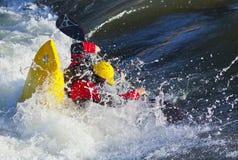 Kayaker dans l'eau blanche Image libre de droits