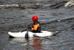 Kayaker dans le bateau blanc Photos stock