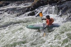 Kayaker dans le whitewater Image libre de droits
