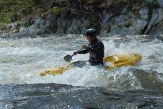 Kayaker dans un flot sauvage image libre de droits