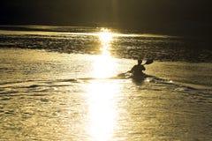 Kayaker de coucher du soleil Image libre de droits