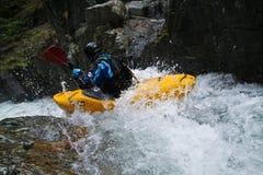 Kayaker de l'eau blanche Photographie stock libre de droits