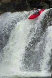 Kayaker in de waterval stock afbeelding