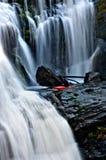 Kayaker de Whitewater que se prepara para batirse sobre una cascada fotos de archivo