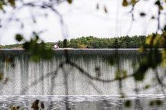 Kayaker, der über Abflusskanal schaufelt Stockbilder
