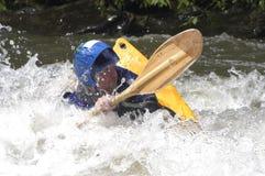 Kayaker die gedeeltelijk in een snelle rivier wordt ondergedompeld Royalty-vrije Stock Foto's
