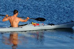 Kayaker die weg paddelt Royalty-vrije Stock Foto