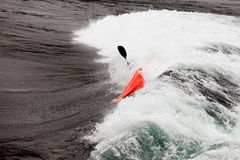 Kayaker in stroomversnelling het paddelen brekende golven Royalty-vrije Stock Fotografie