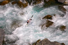 Kayaker en el agua blanca Imagenes de archivo