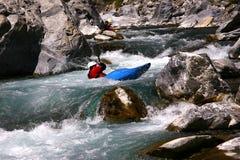Kayaker en el agua blanca, transportando en balsa Imagen de archivo