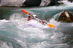 Kayaker en el agua blanca, transportando en balsa Fotos de archivo