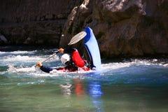 Kayaker en el agua blanca, transportando en balsa Imágenes de archivo libres de regalías