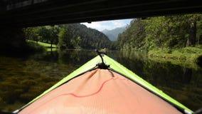 Kayaker en el kajak en el lago escénico metrajes