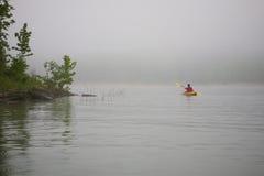Kayaker en el lago de niebla Fotografía de archivo