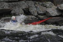 Kayaker en Hudson River White Water Derby en la cala del norte, NY imagenes de archivo