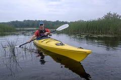 Kayaker en parc provincial de Presqu'ile, Ontario Photo stock