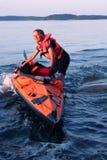 Kayaker féminin en mer baltique, Suède images libres de droits