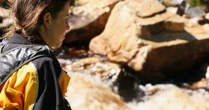 Kayaker fêmea que olha o rio de fluxo 4k video estoque