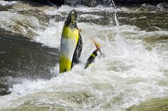 Kayaker haciendo estallar fuera del Rapid de Whitewater imagen de archivo libre de regalías