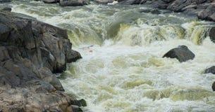 Kayaker in hetzendem Wasser Stockfotografie