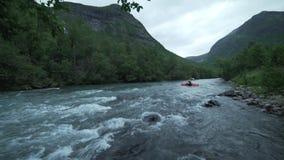 Kayaker i den Sjoa floden, Norge stock video