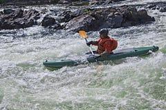 Kayaker i whitewater Royaltyfri Bild