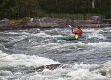 Kayaker i whitewater Fotografering för Bildbyråer