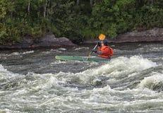 Kayaker im Whitewater Lizenzfreie Stockfotos