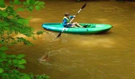 Kayaker joven en el paseo del río de Pigg Imagen de archivo libre de regalías