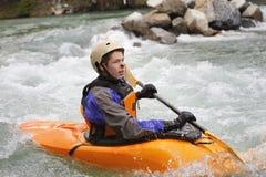 Kayaker masculino joven del whitewater Imagen de archivo