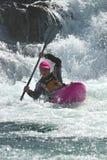 Kayaker na cachoeira em Noruega imagens de stock