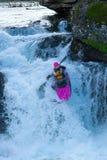Kayaker na cachoeira em Noruega fotografia de stock