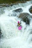 Kayaker na cachoeira em Noruega imagem de stock
